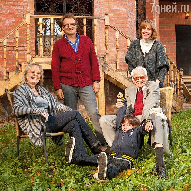 Наталия Белохвостикова  с мужем Владимиром Наумовым, дочерью Наталией, ее мужем Алексом и сыном Кириллом