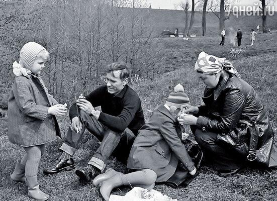 Маша и я с родителями на пикнике, Бронницы, 1974 год