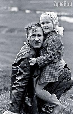Никогда не слышала от мамы ни как она его любила, ни как он нас любил. Ведь не пять минут отец держал меня на руках — шесть лет прожили