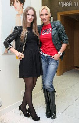 Алиса Крылова с сестрой