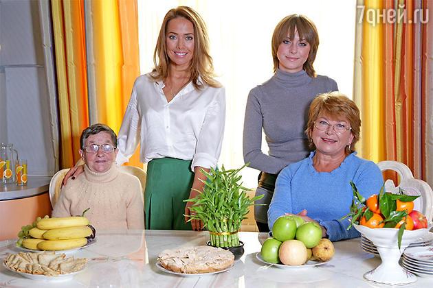 Жанна Фриске, ее мама Ольга Владимировна, ее бабушка Паулина Вильгельмовна, ее сестра Наташа в загородном доме родителей