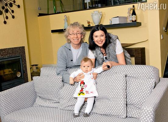 Аркадий Укупник с женой Натальей и дочерью Софией в своем подмосковном таунхаусе