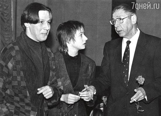 Олег Ефремов с сыном Михаилом Ефремовым иневесткой Евгенией Добровольской. 1997 г.