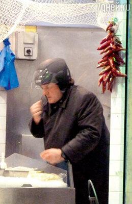 ...Жерар Депардье проверяет свежесть морепродуктов