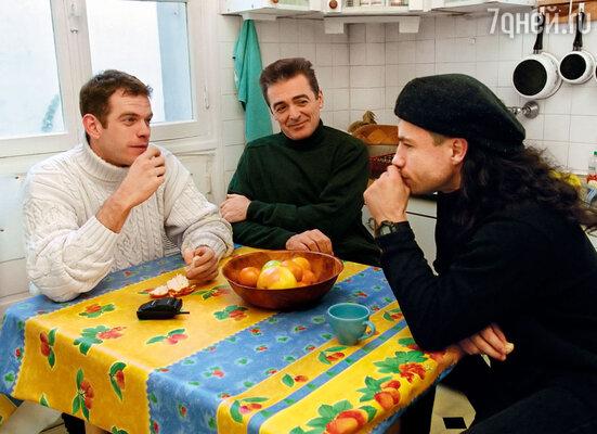 Гару (слева) мгновенно сходился с людьми, коллеги-певцы из мюзикла «Нотр-Дам де Пари» Даниэль Лавуа и Брюно Пельтье не стали исключением