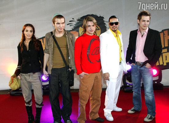 Участники «Фабрики звезд-1»: Виктория Дайнеко и группа «Корни». 2006 г.