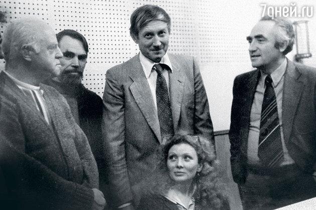 Евгения  Лозинская в студии звукозаписи с Евгением Евтушенко и сотрудниками фирмы «Мелодия». 1976 г.