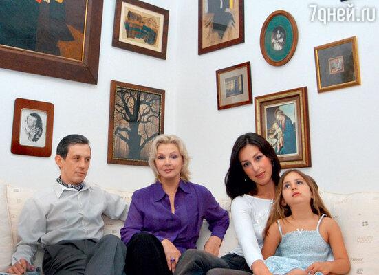Валентина Титова с сыном Александром, дочерью Лизой и внучкой Ариадной