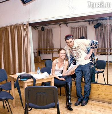 Павел Артемьев репетирует с партнершей по спектаклю Наталией Лесниковской