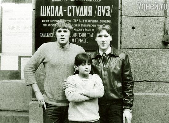 Я поступил в Школу-студию МХАТ прямо с колес! В. Долгачев (слева) с однокурсниками