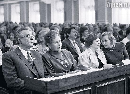 На V съезде кинематографистов. Матвеев из президиума пересел в зал: идет атака  на мэтров советского кино