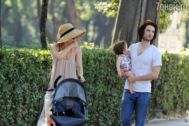 Сиенна Миллер и Том Старридж с дочерью