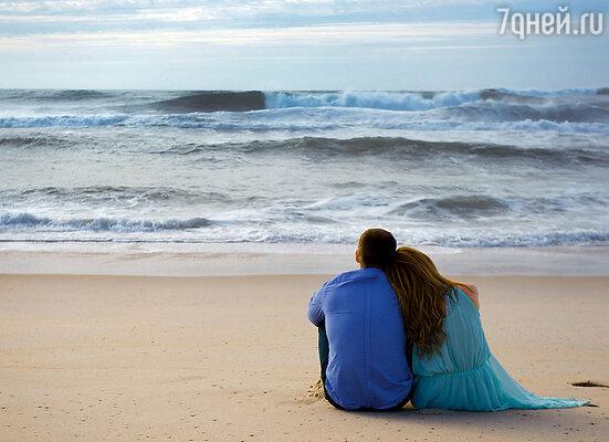 Сидели на берегу моря и молчали. А потом Саша тихо сказал: «Я хочу, чтобы ты стала моей женой». — «Выходит, мы думали об одном... Я согласна»
