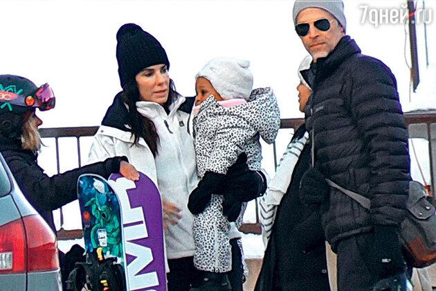 Сандра Буллок с Брайаном Рэндаллом и дочерью Лайлой. Декабрь 2015 г.
