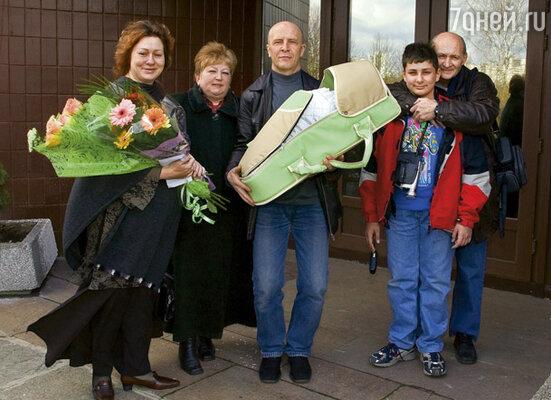 Встречать нас с Симой из роддома приехала вся семья: Женя, Владик и мой папа с женой Татьяной Михайловной