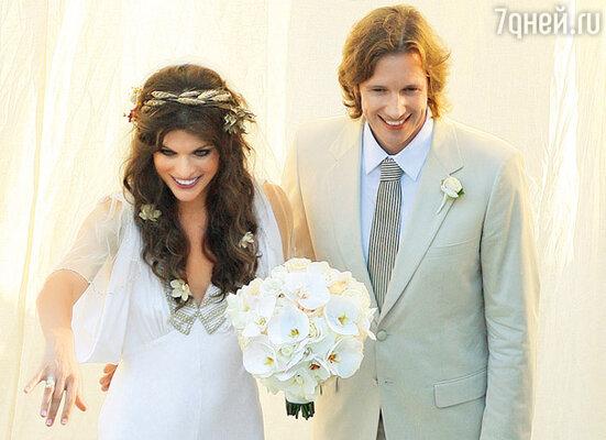 Свадьба с режиссером Полом Андерсоном состоялась 22 августа 2009 г. в их доме на Голливудских холмах спустя восемь лет после знакомства на площадке первого фильма «Обитель зла»