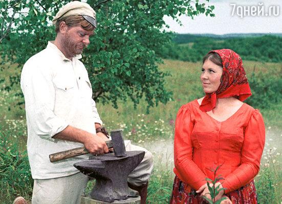 Сухов (Анатолий Кузнецов) со своей любезной супругой Катериной Матвеевной (Галина Лучай)