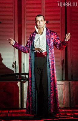 По ходу большого спектакля из трех актов Дмитрию Певцову приходится не только демонстрировать драматический талант, но и петь сложнейшие сольные фрагменты, исполнять чечетку, танцевать, фехтовать и даже исполнять трюки