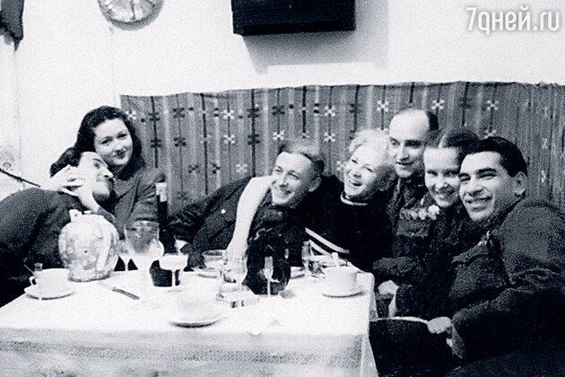 Константин Симонов и Валентина Серова в компании друзей