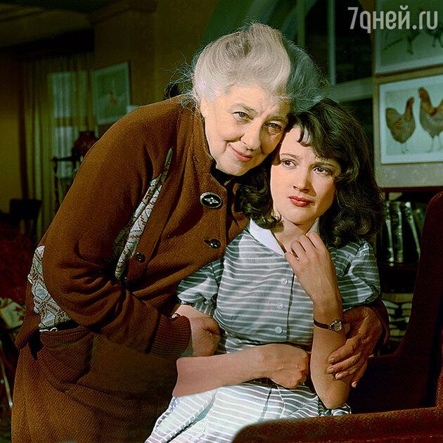Фаина Раневская с Ариадной Шенгелая в фильме «Осторожно, бабушка!». 1960 г.