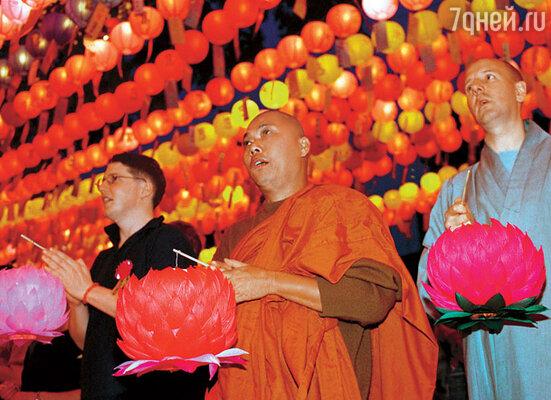 Буддисты (местные и приезжие) отмечают день рождения Будды. Сеул, 22 мая 1999 г.