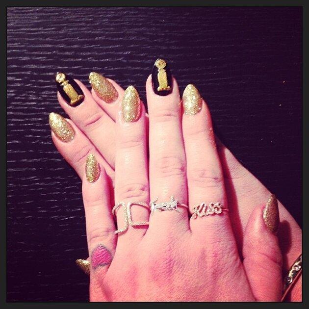 Келли Осборн показала маникюр в стиле «Золотого глобуса»