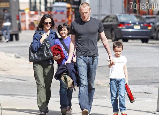 С женой Дженнифер Коннелли и сыновьями Каем и Стелланом