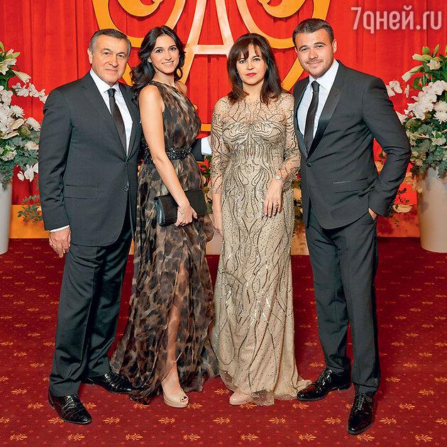 Араз Агаларов с дочерью Шейлой, женой Ириной и сыном Эмином