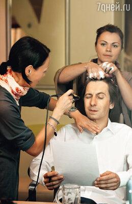 Один из ведущих «России 24» Михаил Зеленский, художник-гример Оксана Гонта и парикмахер Оксана Севрюгова