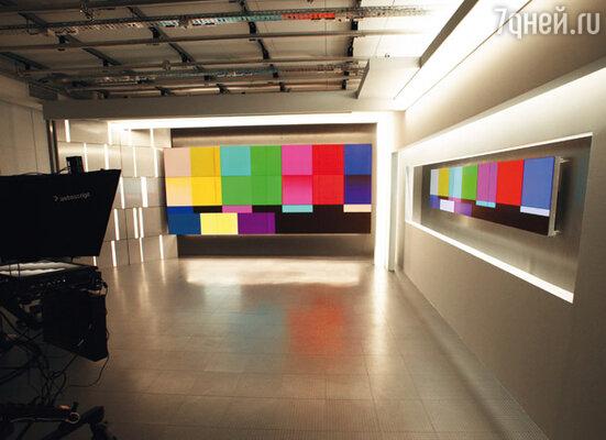 Вот из этой новомодной студии скоро будет вещать «Россия 24». Гордость дизайнера Ильи Шахрая: стена из бесшовных плазменных панелей, на которых будут идти видеосюжеты