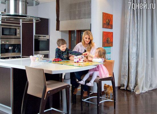 Ирсон со старшим сыном Андреем, дочкой Аллой и любимцем семьи карликовым померанским шпицем Фифой в своей московской квартире