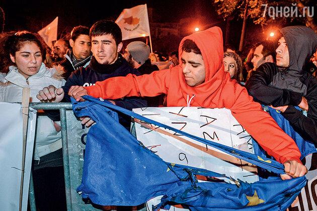 Флаг Евросоюза разрывают у здания парламента Кипра