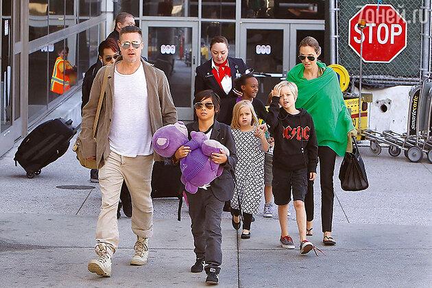 Анжделина Джоли и Брэд Питт  с детьми — Мэддоксом, Паксом, Захарой, Шайло, Вивьен и Ноксом