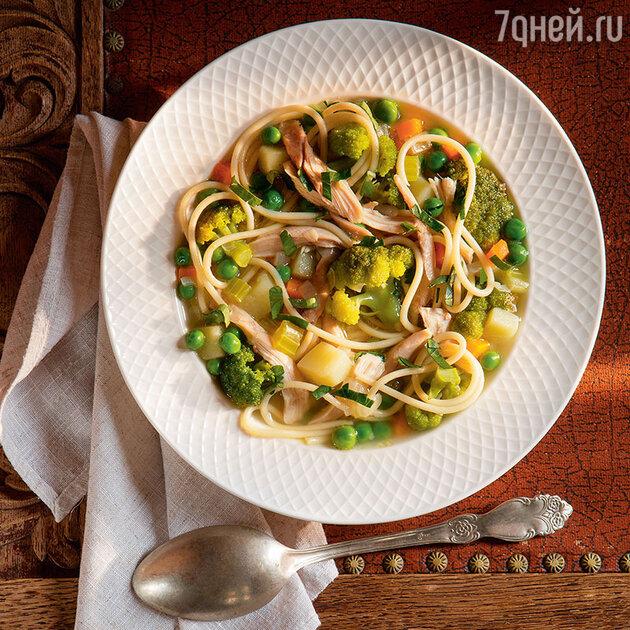 «Уютный» куриный суп с овощами и спагетти