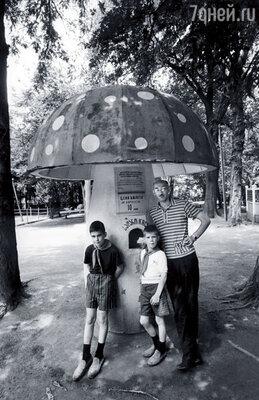 Я сопровождал свое начальство в поездках по СССР.  С детьми главного редактора журнала «Лайф» Хью Моффета в Грузии