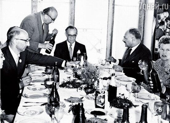 Банкет в честь знаменитого кларнетиста Бенни Гудмена. Звезда джаза в центре. Я — слева, в черном костюме, напротив — его жена Элис