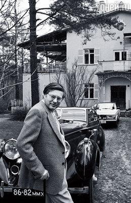 Посредником между родственниками Хрущева и иностранцами был выбран Виктор Луи, друг Супера. На фото: Луи у своего дома в Переделкино