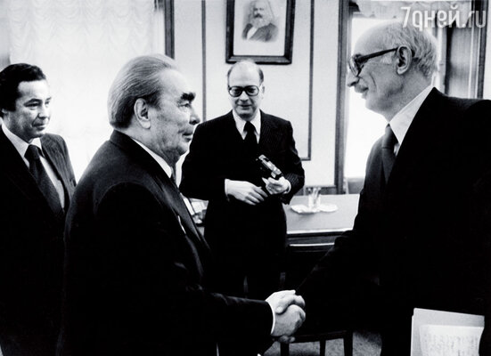 Я присутствовал на интервью. Здесь Брежнев здоровается со мной за руку, по-моему, приняв за американца