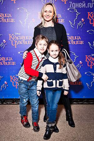 Мария Бутырская с детьми