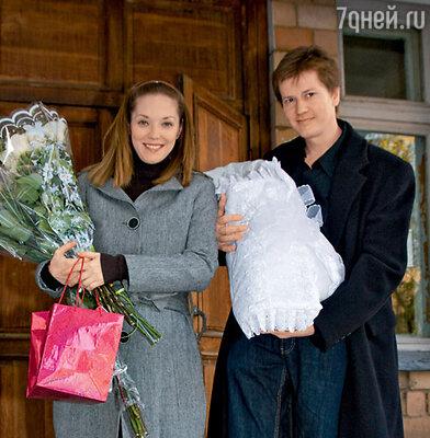 Мария Аниканова с мужем Андреем и новорожденной Аглаей