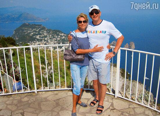 «Мне очень нравится, что моя жена— деловая и успешная женщина. Непредставляю себе жизни с домохозяйкой, которая все время будет мозолить глаза». Во время свадебного путешествия на остров Капри