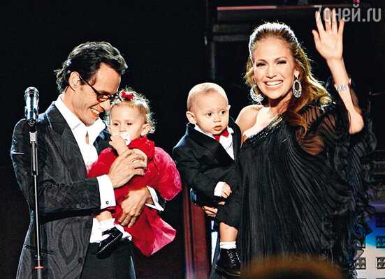 С мужем Марком Энтони и близнецами Максом и Эммой в День святого Валентина. Нью-Йорк, 2009 г.