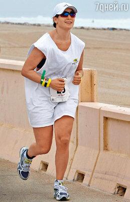 Чтобы похудеть после родов, Дженнифер занималась триатлоном — бегом, плаванием и ездой на велосипеде. Малибу, сентябрь 2008 г.