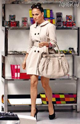 Благодаря спорту актриса добилась феерических результатов — вновь обрела идеальную фигуру. Лопес во время предрождественского шопинга в Беверли-Хиллз. Декабрь 2009 г.