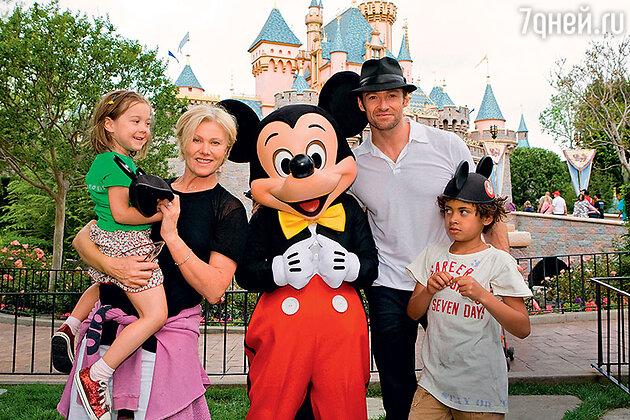 Хью Джекман с женой и сыновьями