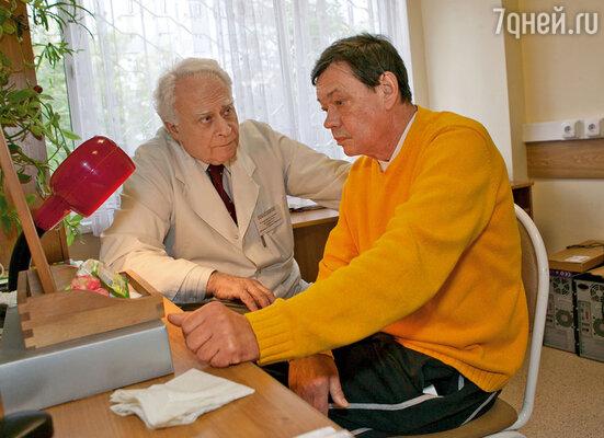 Коля с научным руководителем Центра патологии речи и нейрореабилитации профессором Шкловским. Виктор Маркович ему очень помог