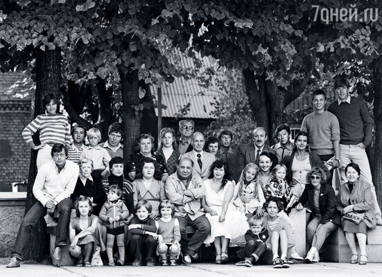 «Ленком» на гастролях в Юрмале в середине 80-х. Коля –  крайний слева рядом с Татьяной Пельтцер. Мы с Андрюшей сидим на земле, справа