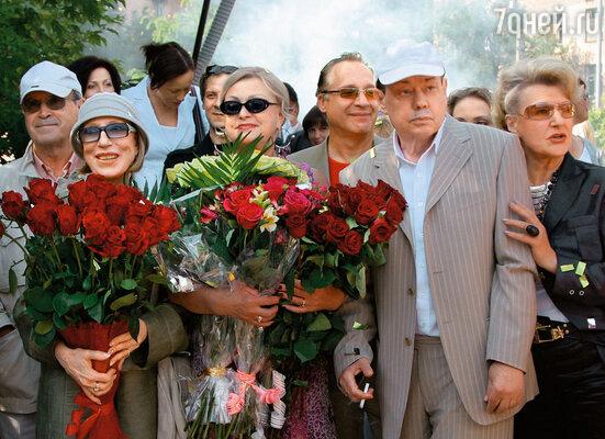На церемонии закладки именной плиты Николая Караченцова на Аллее кинозвезд в Москве