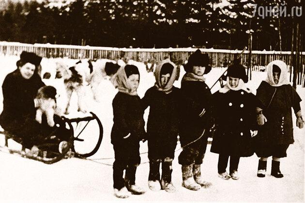 Анна на прогулке с детьми (слева направо): племянницей мужа Ларисой, родной дочерью Ниной, пасынком Вадимом и племянниками Андреева Левой и Леонидом. Фото 1910 года