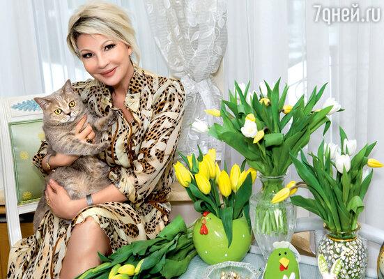 С домашней любимицей кошкой Соней